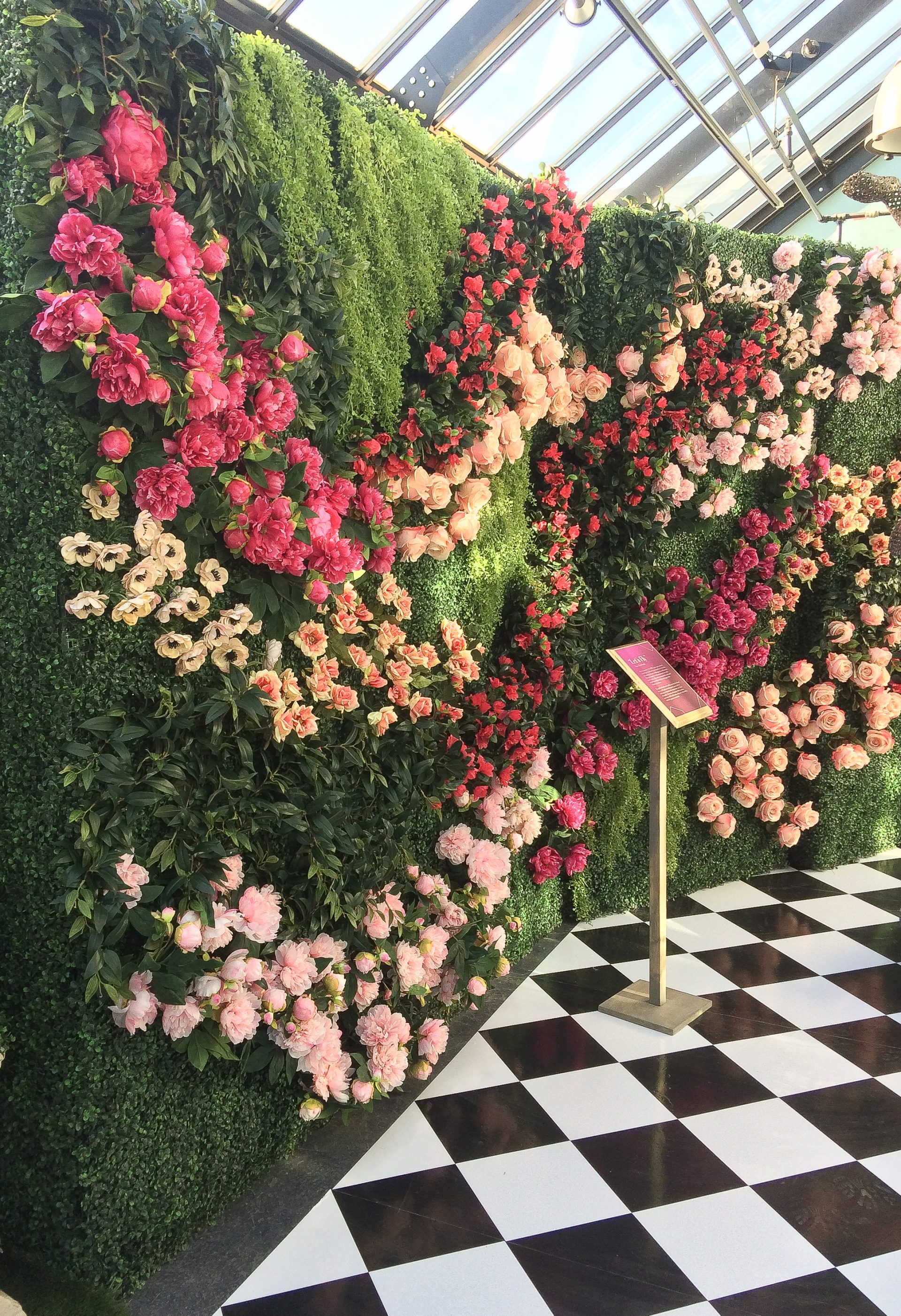 Flower wall on boxwood hedge for art of wonder