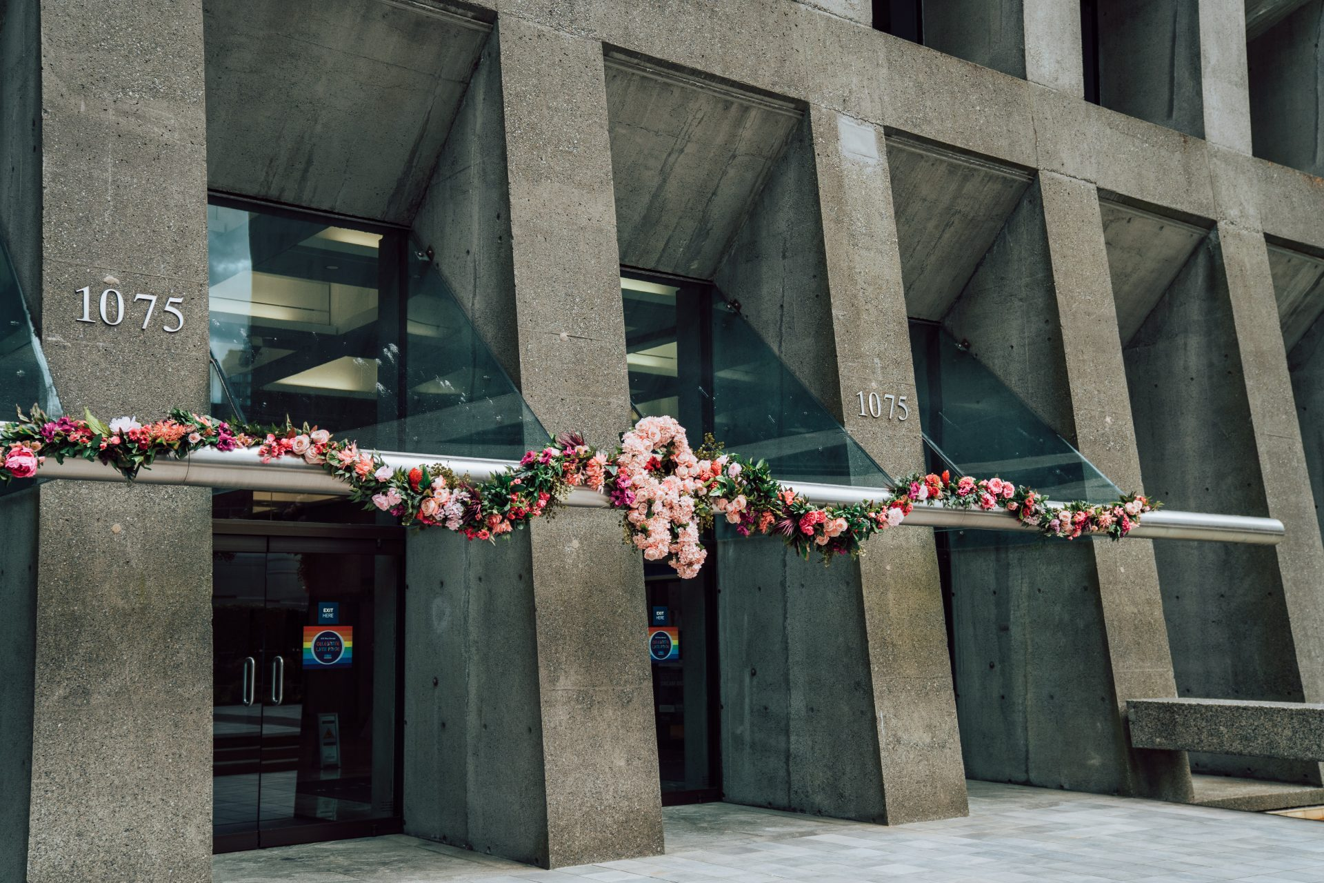 garland with fresh pink flowers on entrance of office building downtown vancouver for Fleurs de Villes